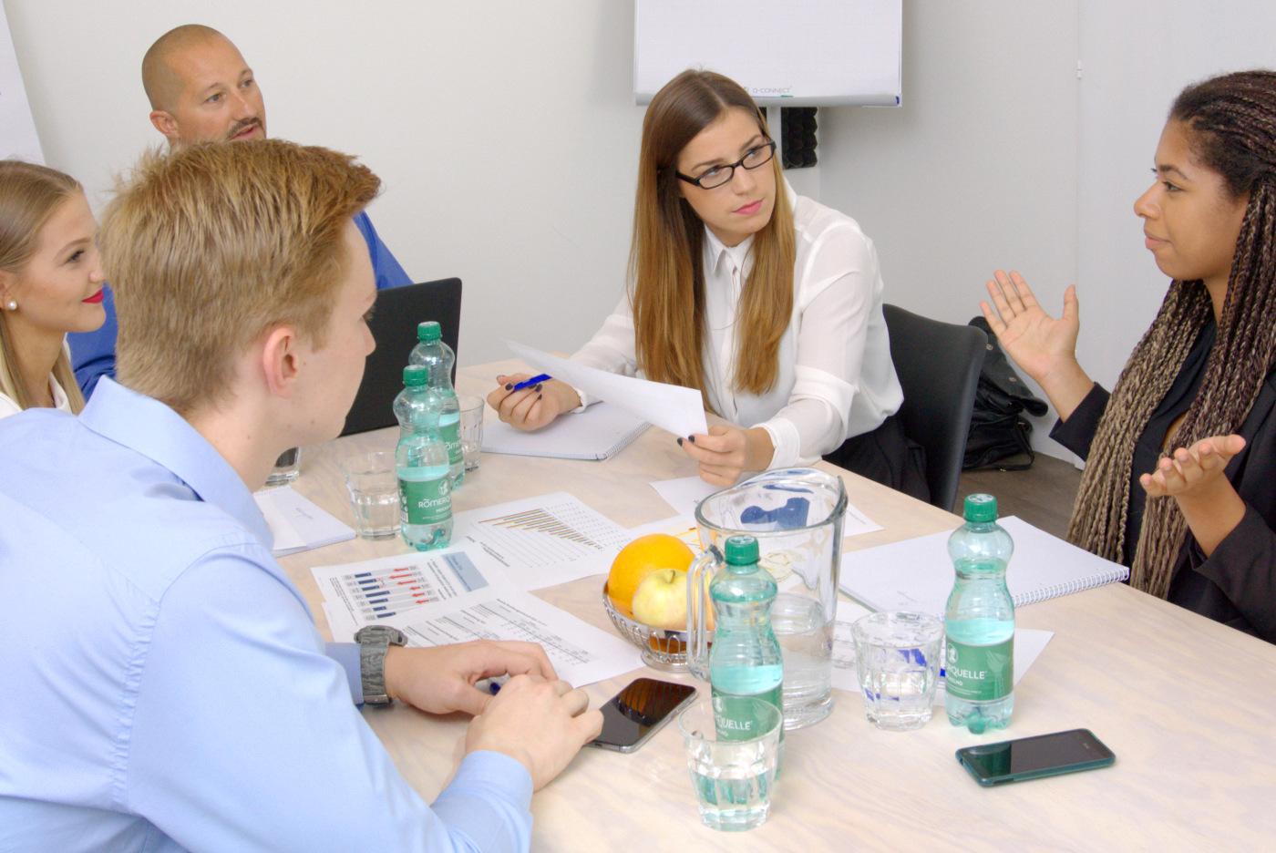 Geschäftsleute hören einer Kollegin aufmerksam zu
