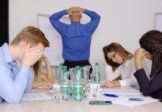 Geschäftsleute stehen unter Schock