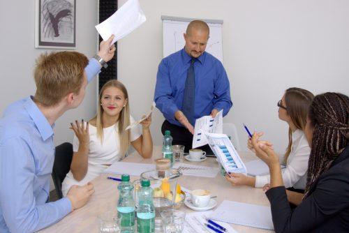 geschaeftsleute-streiten-sich-waehrend-meeting