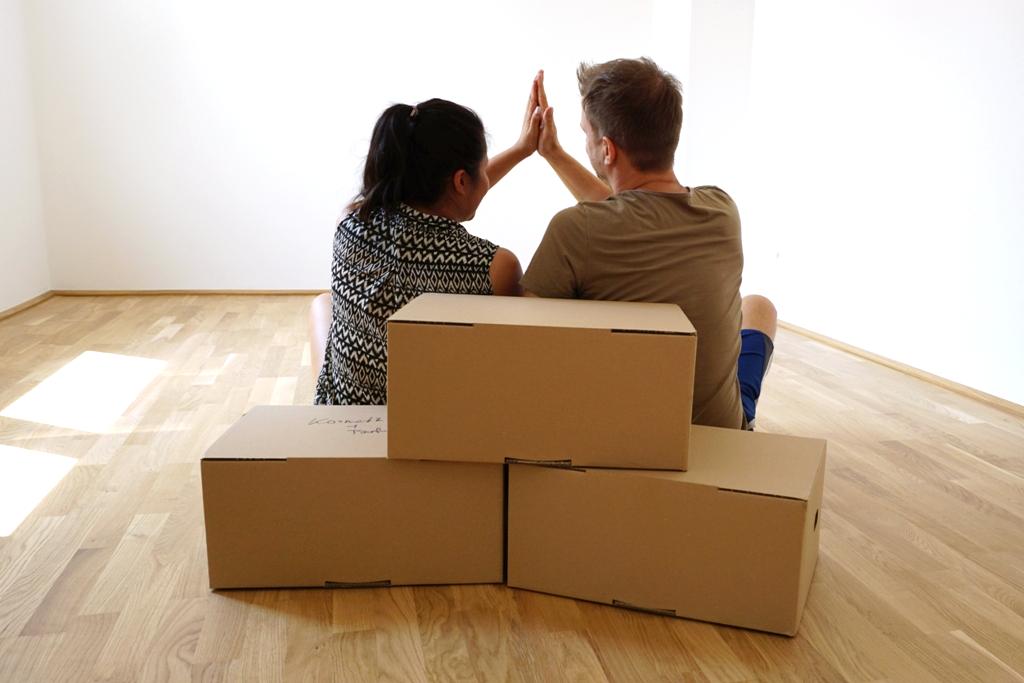 wir haben es geschafft unsere gemeinsame wohnung lizenzfreie fotos bilder kostenlos. Black Bedroom Furniture Sets. Home Design Ideas