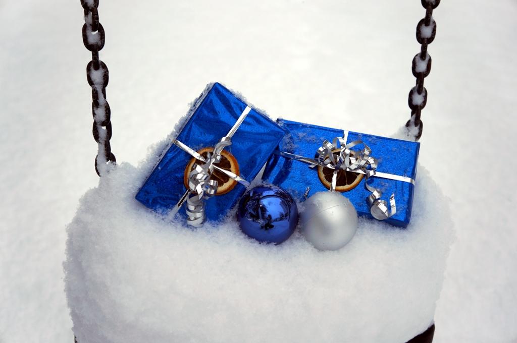 Weihnachtsgeschenke auf Schaukel