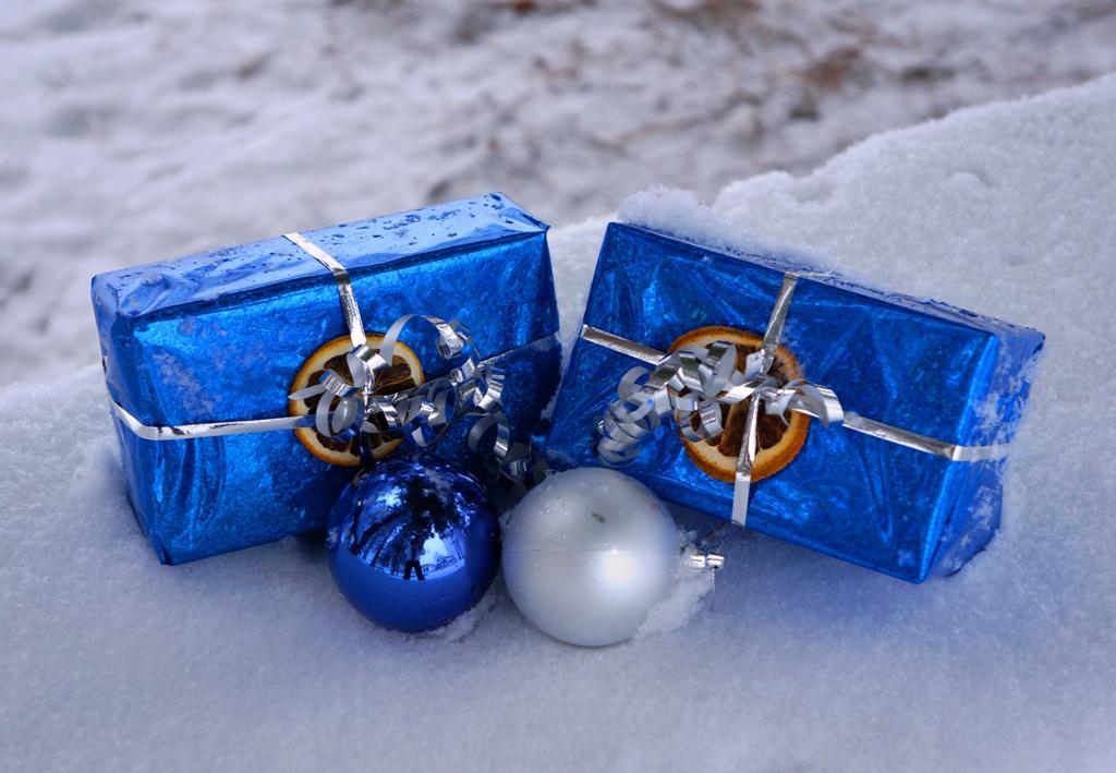 Geschenke liegen im Schnee