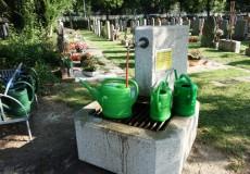 Gießkannen am Friedhof