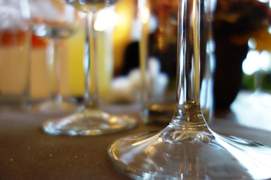 Gläser stehen am Tisch