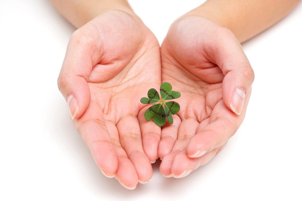 Hände mit Glücksklee