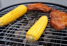 Griller – Maiskolben und Fleisch