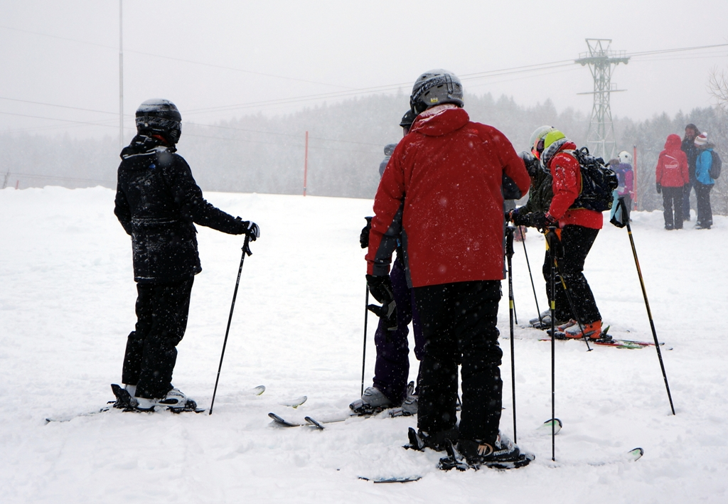 Gruppe Skifahrer beim Aufwärmen 1