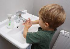 Kleinkind beim Hände waschen