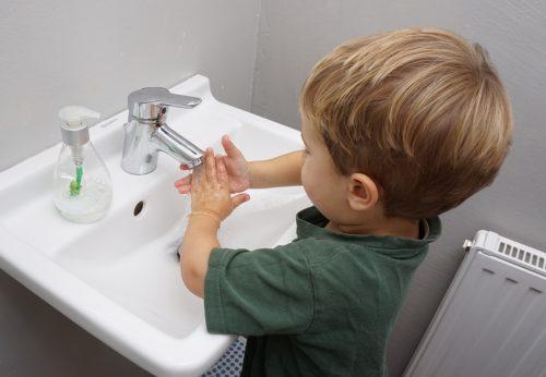 haende-waschen-kleinkind