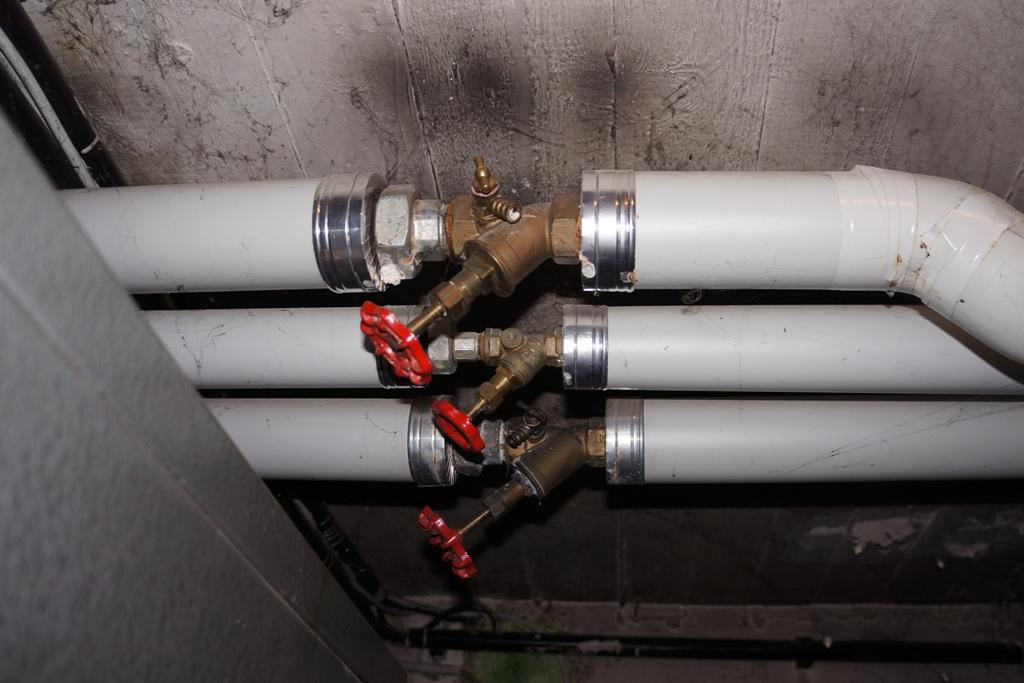 Heizungsrohre im Keller