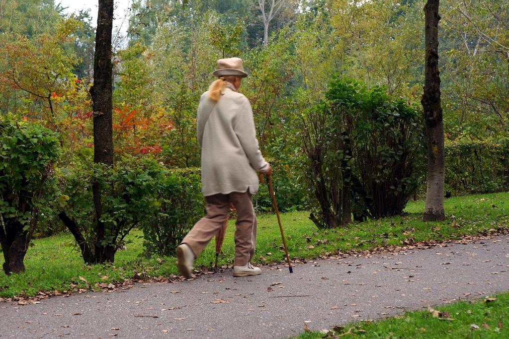 Ältere Frau macht Herbstspaziergang