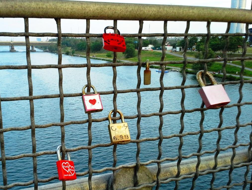 Herzen auf Brücke – Liebe