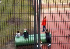 Hinter Gittern – Spielplatz