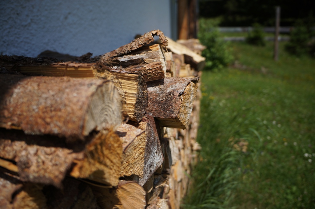 Holzscheite Wand