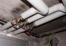 Isolierte Rohre im Keller