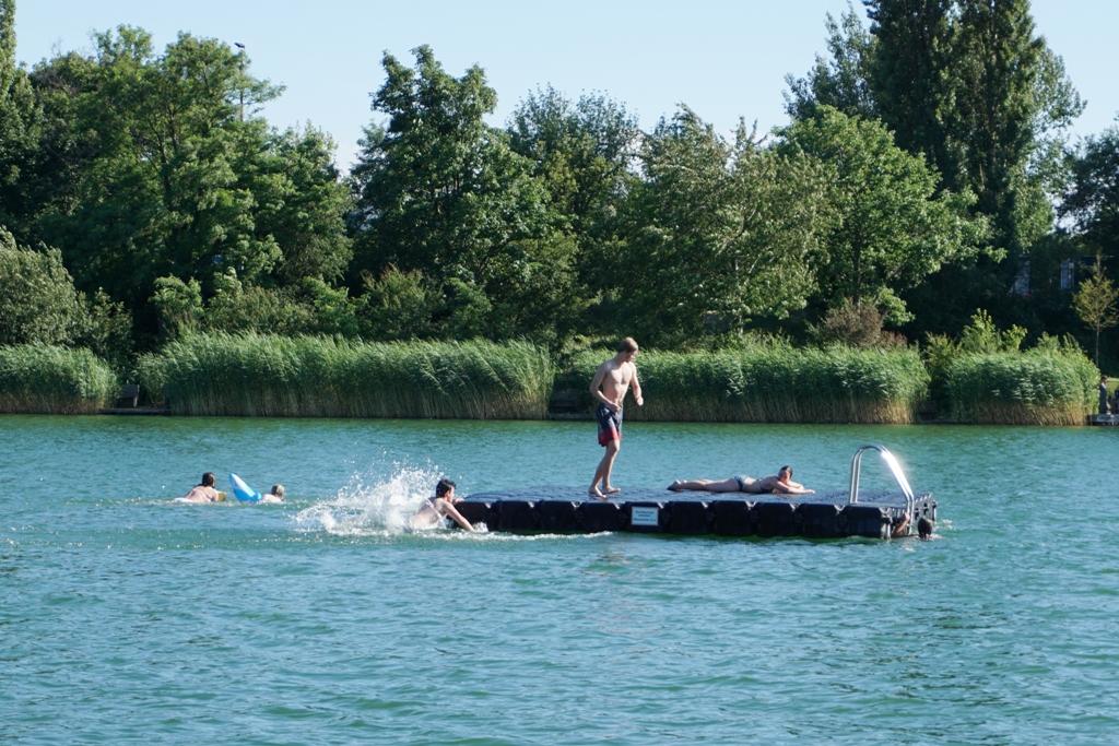 Jugendliche spielen im Wasser / Schwimmbad