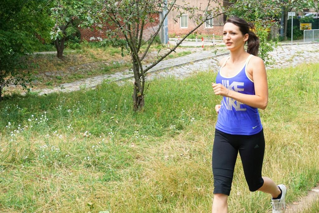 Junge Frau beim Laufen Joggen