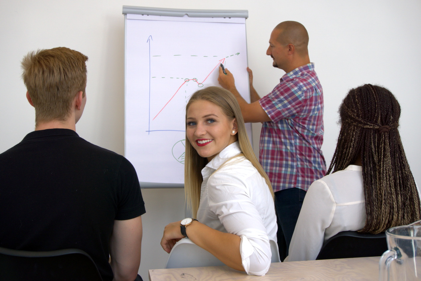 Junge Frau blickt während Meeting nach hinten