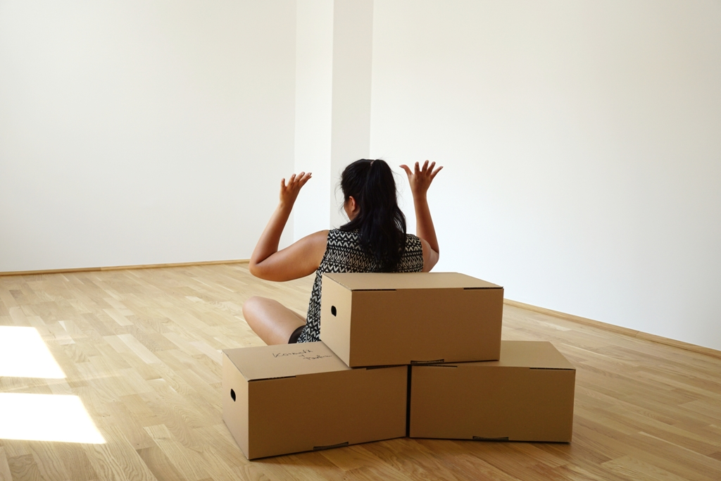 Junge Frau freut sich über ihre neue Wohnung