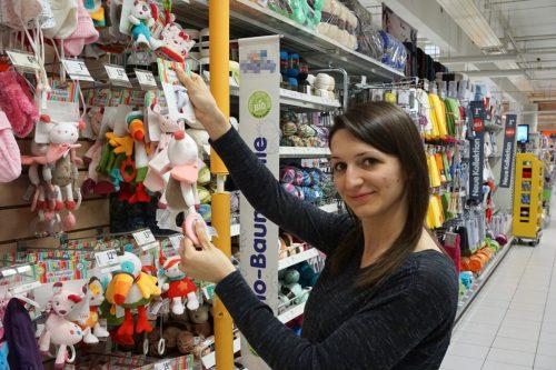 junge-frau-kauft-babyspielzeug