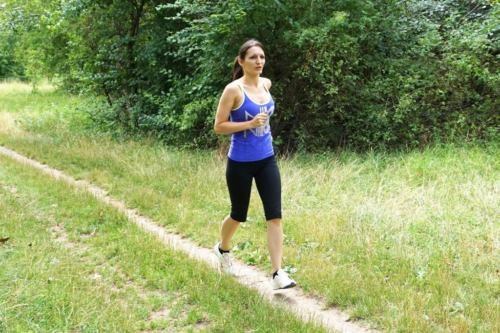 Junge Frau beim Lauftraining Sport