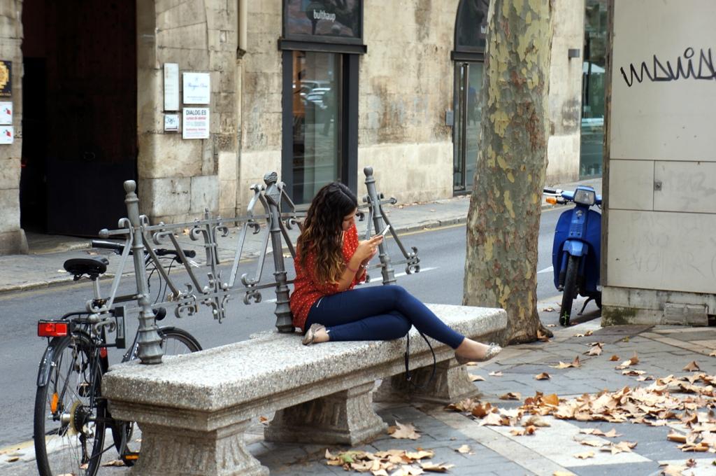 Junge Frau schreibt eine Nachricht auf ihrem Handy