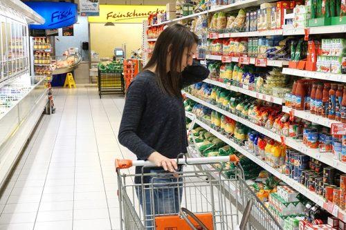 junge-frau-steht-vor-supermarktregal