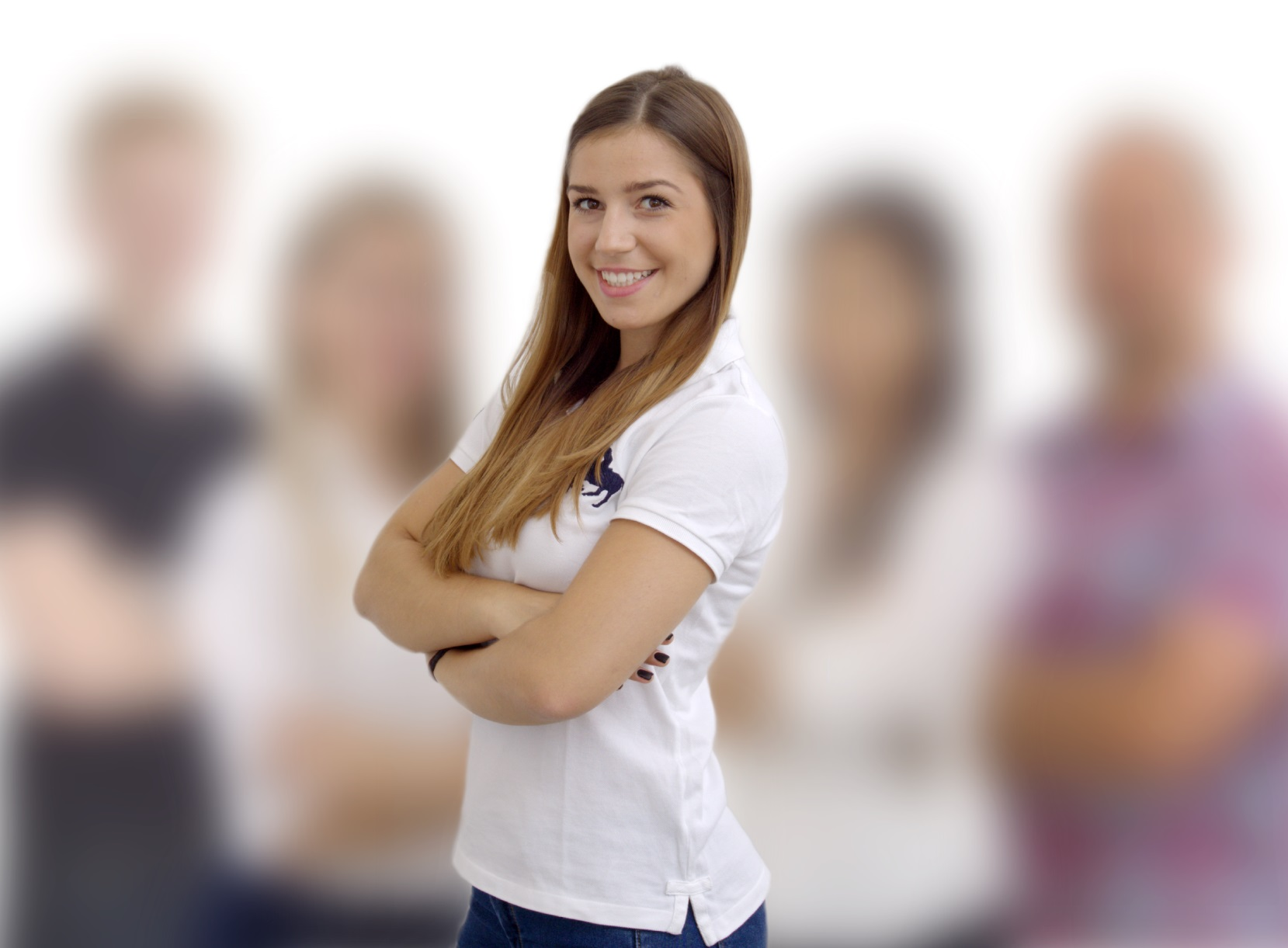 Junge Frau steht vor einem kleinen Team