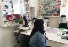 Junge Frau wartet in Arztpraxis