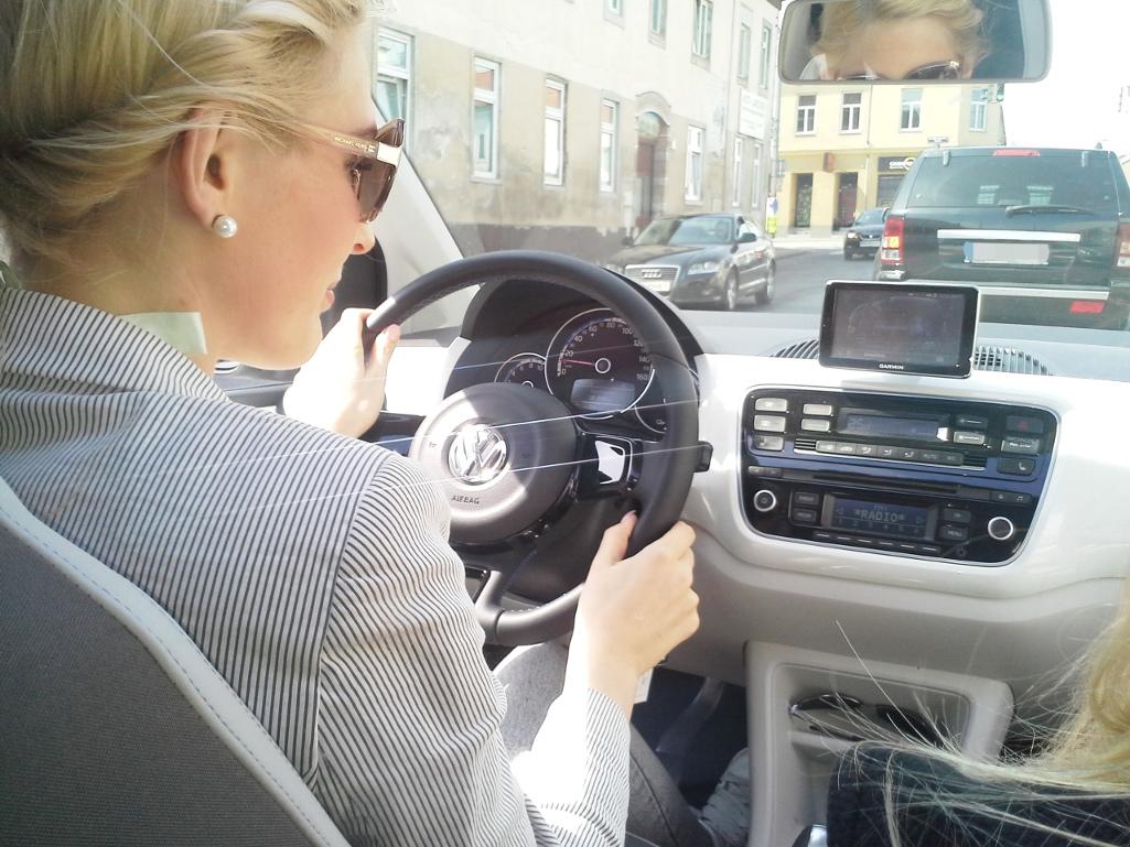 Junge Frauen autofahren in der Stadt