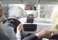 Junge Frauen in einem Auto