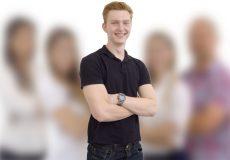 Junger Mann steht vor einem Team