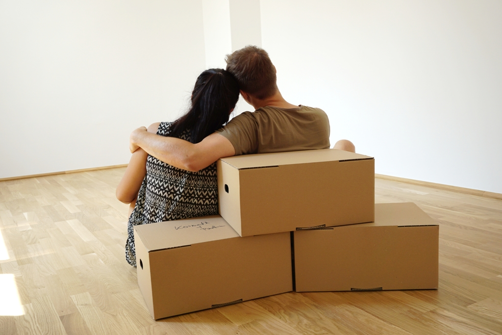 Junges Paar bezieht eine gemeinsame Wohnung