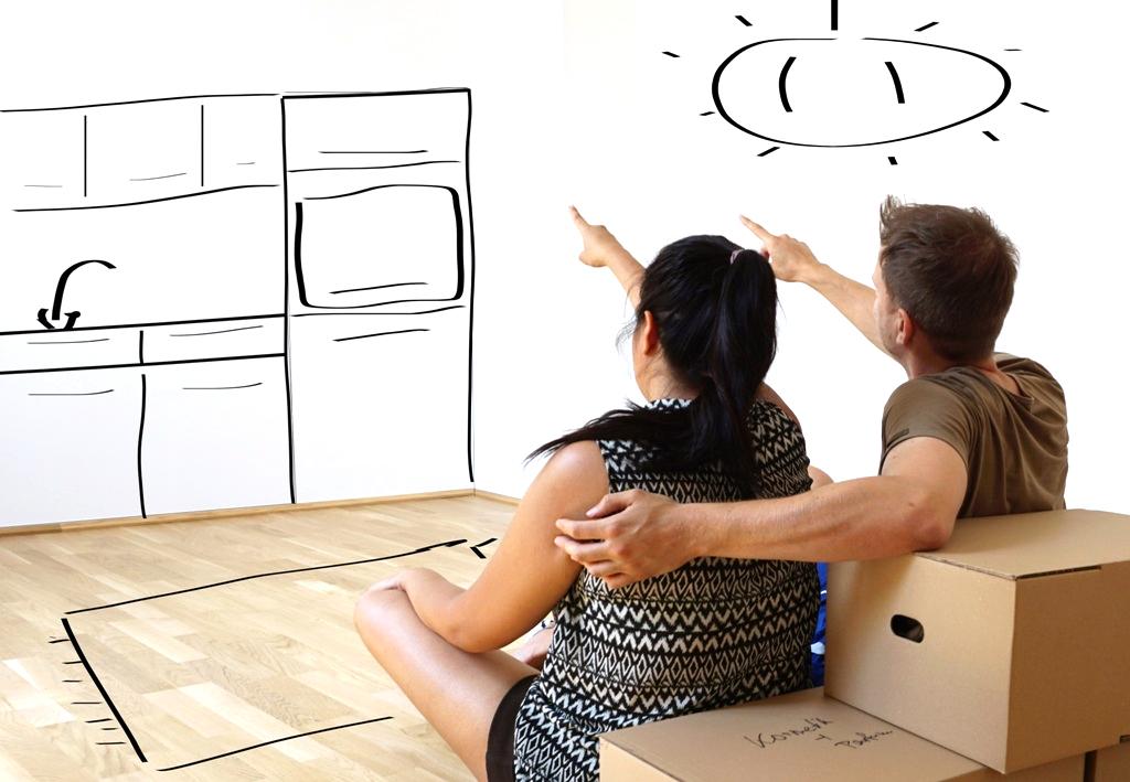 Junges Paar plant die gemeinsame Wohnungseinrichtung