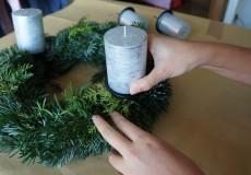 Adventskranz basteln 8/18: Nun werden die Kerzen in den Kranz gesteckt