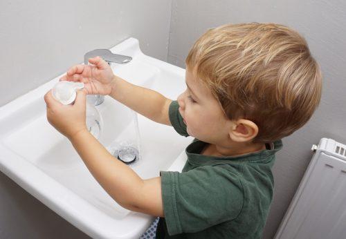 kind-beim-haende-waschen