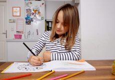 Kind malt in einem Malbuch