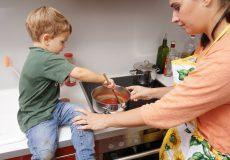 Kind hilft Mutter beim umrühren