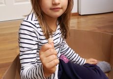 Kind mit Pflaster am Finger
