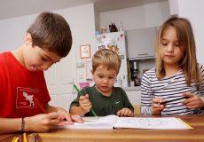Kinder spielen und malen