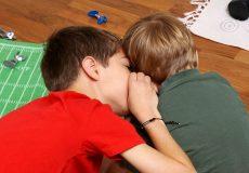 Kinder flüstern – Geheimnisse