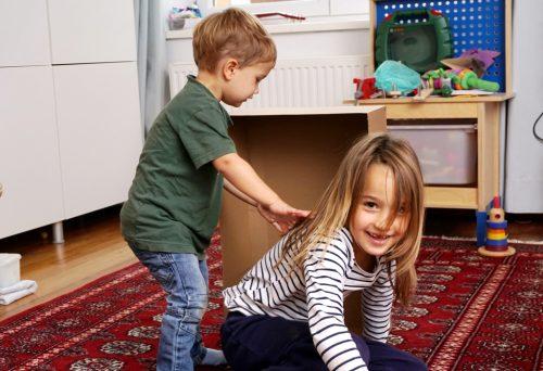 Kindern haben gemeinsam Spaß