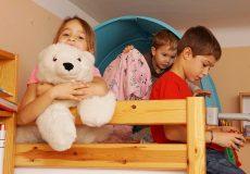 Kinder spielen brav im Kinderzimmer