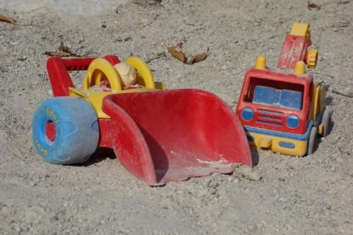 kinderspielzeug-im-sand