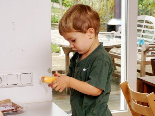Kind überprüft Lebensmittel