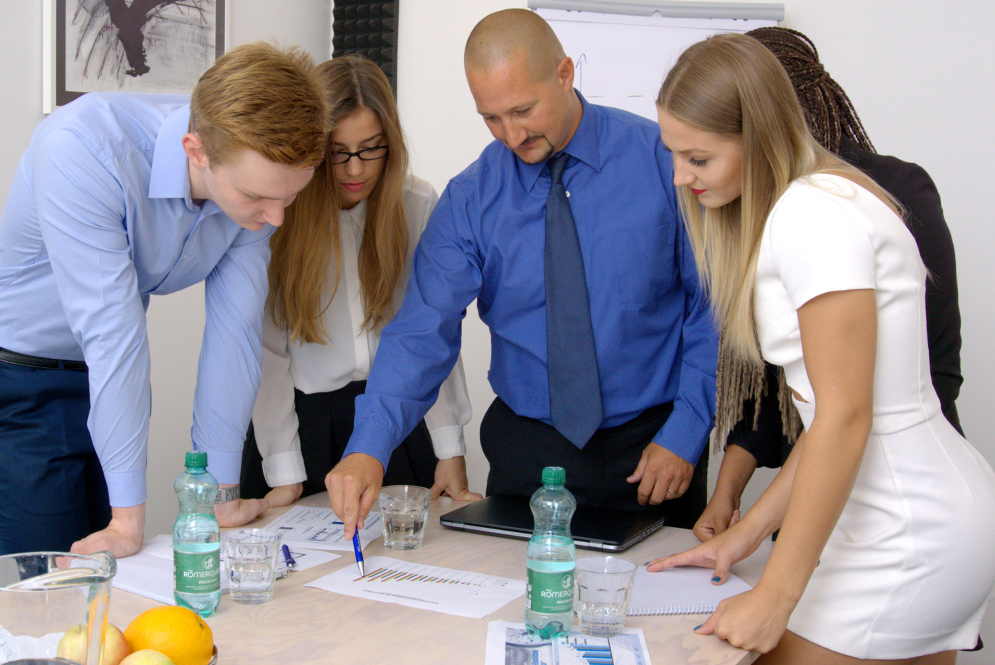 Team analysiert kritisch aktuellen Geschäftszahlen