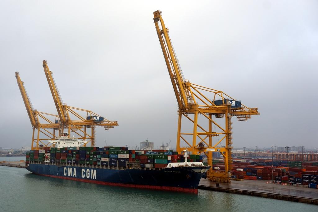Containerschiff wird beladen – Ladekran
