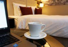Kaffee, Laptop, Hotelzimmer