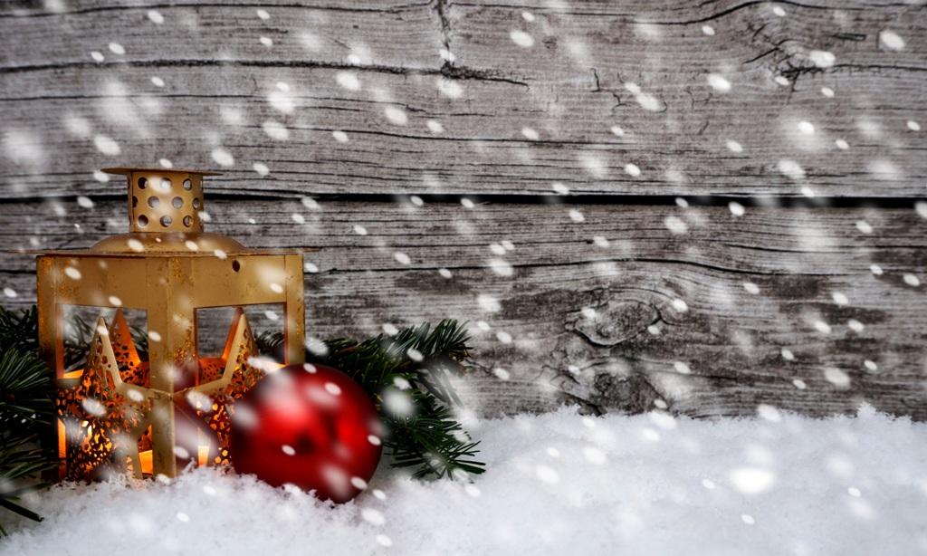Laterne mit Licht im Schneefall