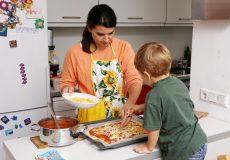 Mama und Kleinkind kochen gemeinsam